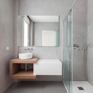 Ejemplo de cuarto de baño con ducha, minimalista, de tamaño medio, con armarios con paneles lisos, puertas de armario blancas, ducha esquinera, paredes grises, suelo de baldosas de cerámica, lavabo sobreencimera, suelo gris y ducha con puerta corredera