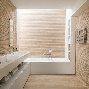 Modern inredning av ett mellanstort en-suite badrum, med släta luckor, vita skåp, en dusch/badkar-kombination, bruna väggar, mellanmörkt trägolv, ett integrerad handfat, brunt golv och med dusch som är öppen