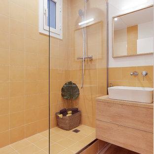 Ejemplo de cuarto de baño actual con armarios con paneles lisos, puertas de armario de madera clara, baldosas y/o azulejos naranja, paredes blancas, suelo de madera clara, lavabo sobreencimera, encimera de madera, suelo beige, ducha abierta y encimeras marrones