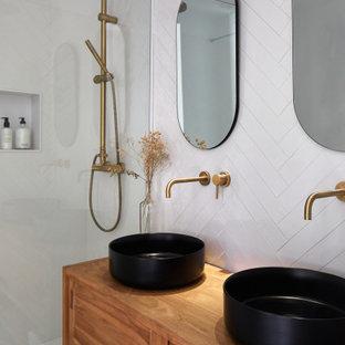 Imagen de cuarto de baño con ducha, hornacina, doble y de pie, actual, de tamaño medio, con armarios tipo mueble, puertas de armario de madera oscura, ducha empotrada, baldosas y/o azulejos blancos, lavabo sobreencimera, encimera de madera, ducha abierta y encimeras marrones