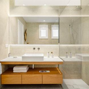 Diseño de cuarto de baño con ducha, contemporáneo, con puertas de armario de madera oscura, ducha abierta, baldosas y/o azulejos beige, baldosas y/o azulejos de porcelana, paredes beige, suelo de baldosas de porcelana, suelo gris, ducha abierta, encimeras blancas, armarios con paneles lisos y lavabo sobreencimera