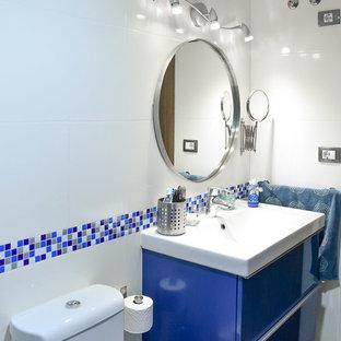 Immagine di una piccola stanza da bagno con doccia contemporanea con piastrelle bianche, piastrelle in ceramica, pareti bianche, pavimento con piastrelle in ceramica, consolle stile comò, ante turchesi, doccia a filo pavimento e lavabo integrato