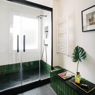 Diseño de cuarto de baño contemporáneo con ducha a ras de suelo, baldosas y/o azulejos verdes, ducha con puerta con bisagras, paredes blancas y suelo negro