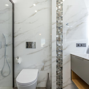 Example of a mid-sized 3/4 porcelain floor, gray floor and tray ceiling bathroom design in Valencia with a one-piece toilet, an integrated sink, white countertops and a niche
