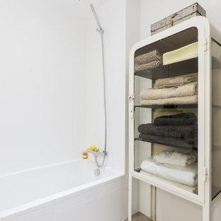 Foto de cuarto de baño actual con bañera empotrada, paredes blancas, combinación de ducha y bañera, suelo gris y ducha abierta