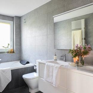 Ejemplo de cuarto de baño principal, contemporáneo, de tamaño medio, con armarios con paneles lisos, puertas de armario de madera clara, baldosas y/o azulejos beige, baldosas y/o azulejos de cemento, encimera de madera y encimeras marrones