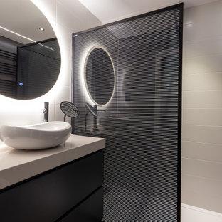 Foto de cuarto de baño con ducha, contemporáneo, de tamaño medio, con puertas de armario negras, ducha empotrada, baldosas y/o azulejos beige, lavabo sobreencimera, encimeras beige, armarios tipo mueble, baldosas y/o azulejos de porcelana, suelo beige y ducha abierta