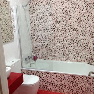 Foto de cuarto de baño principal, romántico, de tamaño medio, con bañera empotrada, combinación de ducha y bañera, sanitario de dos piezas, paredes multicolor, suelo de baldosas de cerámica y lavabo sobreencimera