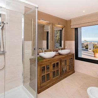 Foto de cuarto de baño con ducha, clásico renovado, con armarios tipo vitrina, puertas de armario de madera oscura, ducha a ras de suelo, sanitario de dos piezas y ducha con puerta corredera