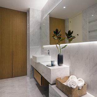 Foto de cuarto de baño actual con puertas de armario de madera oscura, baldosas y/o azulejos blancos, baldosas y/o azulejos de mármol, paredes blancas, suelo de mármol, lavabo sobreencimera, encimera de mármol, suelo blanco y armarios con paneles lisos