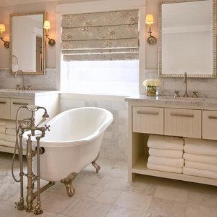 Diseño de cuarto de baño principal, tradicional, de tamaño medio, con armarios abiertos, paredes multicolor, lavabo integrado, puertas de armario beige y bañera con patas