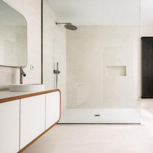 Diseño de cuarto de baño con ducha, actual, grande, con armarios con paneles lisos, puertas de armario blancas, ducha empotrada, baldosas y/o azulejos beige, baldosas y/o azulejos de porcelana, suelo de baldosas de porcelana, lavabo sobreencimera, suelo beige y encimeras blancas