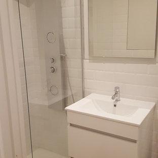 Idee per una piccola stanza da bagno con doccia scandinava con ante lisce, ante bianche, doccia alcova, pareti bianche, pavimento in legno massello medio e lavabo integrato