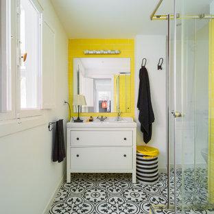 Ejemplo de cuarto de baño con ducha, escandinavo, con armarios con paneles lisos, puertas de armario blancas, ducha esquinera, paredes blancas, suelo multicolor, ducha con puerta corredera y encimeras blancas