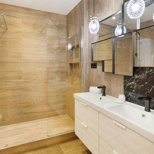 Foto de cuarto de baño con ducha, mediterráneo, con armarios con paneles lisos, puertas de armario beige, ducha empotrada, baldosas y/o azulejos marrones, paredes marrones, lavabo integrado, suelo marrón y encimeras blancas