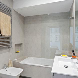 Modelo de cuarto de baño con ducha, contemporáneo, de tamaño medio, con combinación de ducha y bañera, baldosas y/o azulejos grises, lavabo integrado y encimeras blancas