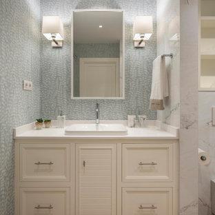 Idéer för ett stort klassiskt vit en-suite badrum, med möbel-liknande, vita skåp, en kantlös dusch, en vägghängd toalettstol, vit kakel, porslinskakel, blå väggar, laminatgolv, ett undermonterad handfat, träbänkskiva, brunt golv och dusch med skjutdörr