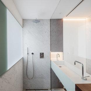 Foto de cuarto de baño moderno, extra grande, con ducha a ras de suelo, paredes blancas, lavabo de seno grande y suelo gris