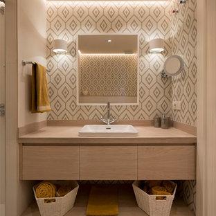 На фото: ванная комната среднего размера в современном стиле с плоскими фасадами, светлыми деревянными фасадами, бежевой плиткой, керамической плиткой, полом из ламината, душевой кабиной, накладной раковиной, столешницей из дерева, коричневым полом, разноцветными стенами и бежевой столешницей с