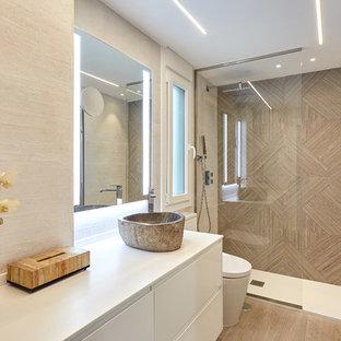 Foto de cuarto de baño con ducha, actual, con armarios con paneles lisos, puertas de armario blancas, ducha empotrada, baldosas y/o azulejos beige, paredes blancas, lavabo sobreencimera, suelo marrón, ducha abierta y encimeras blancas