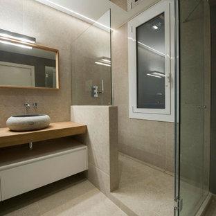 Diseño de cuarto de baño con ducha, contemporáneo, de tamaño medio, con armarios con paneles lisos, puertas de armario beige, ducha empotrada, baldosas y/o azulejos beige, baldosas y/o azulejos de porcelana, suelo de baldosas de porcelana, lavabo sobreencimera, encimera de madera, suelo beige, ducha con puerta con bisagras y encimeras beige