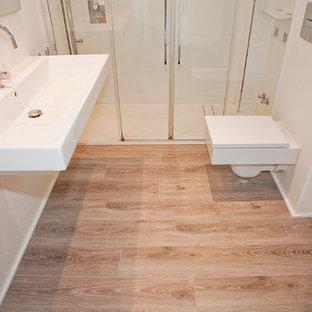 Esempio di una stanza da bagno padronale scandinava di medie dimensioni con ante bianche, doccia alcova, WC monopezzo, piastrelle bianche, pareti bianche, parquet scuro e lavabo rettangolare