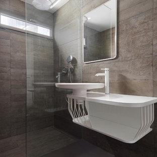 Imagen de cuarto de baño con ducha, moderno, con puertas de armario blancas, ducha a ras de suelo, baldosas y/o azulejos grises, suelo de cemento, lavabo sobreencimera y ducha abierta