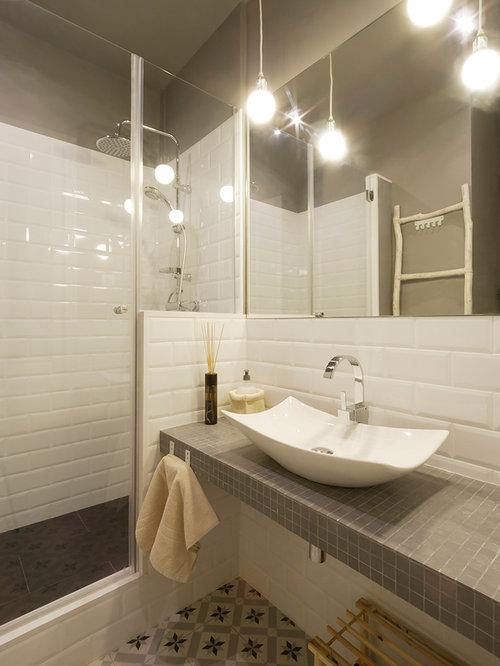 Salle de bain avec un plan de toilette en carrelage et un for Petite salle de bain avec toilette