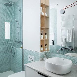 Imagen de cuarto de baño con ducha, actual, con armarios con paneles lisos, puertas de armario blancas, baldosas y/o azulejos azules, baldosas y/o azulejos verdes, lavabo sobreencimera, suelo gris, ducha con puerta con bisagras, ducha esquinera, sanitario de pared, baldosas y/o azulejos en mosaico, paredes blancas y encimeras blancas