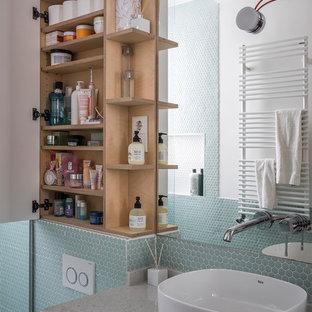 Diseño de cuarto de baño con ducha, actual, con armarios con paneles lisos, puertas de armario blancas, baldosas y/o azulejos azules y baldosas y/o azulejos verdes
