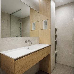 Ejemplo de cuarto de baño con ducha, minimalista, con encimera de cuarzo compacto, encimeras blancas, puertas de armario de madera oscura, baldosas y/o azulejos grises, baldosas y/o azulejos de porcelana, armarios con paneles lisos, ducha esquinera, paredes grises, suelo de cemento, lavabo integrado, suelo gris y ducha abierta