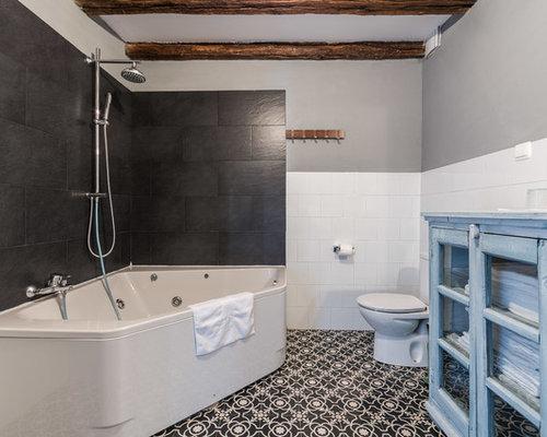 Salle de bain montagne avec un placard porte vitr e for Baignoire avec porte vitree