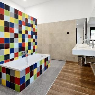 Inspiration för ett stort funkis vit vitt en-suite badrum, med en kantlös dusch, flerfärgad kakel, keramikplattor, ett väggmonterat handfat, marmorbänkskiva, med dusch som är öppen, ett hörnbadkar, vita väggar, mellanmörkt trägolv och brunt golv