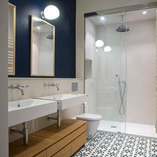 Ejemplo de cuarto de baño con ducha, clásico renovado, de tamaño medio, con armarios con paneles lisos, puertas de armario de madera oscura, ducha empotrada, sanitario de pared, paredes multicolor, suelo de baldosas de cerámica, lavabo suspendido y suelo multicolor