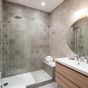 Foto de cuarto de baño con ducha, contemporáneo, con armarios con paneles lisos, puertas de armario de madera clara, ducha abierta, sanitario de dos piezas, paredes grises, lavabo integrado y ducha abierta