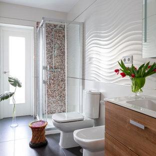 Ejemplo de cuarto de baño contemporáneo con armarios con paneles lisos, puertas de armario de madera oscura, ducha esquinera, baldosas y/o azulejos blancos, lavabo tipo consola y suelo gris