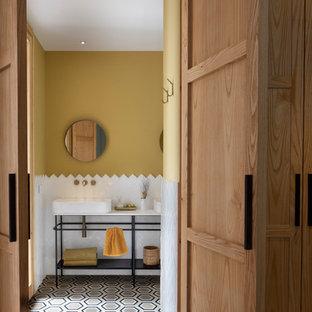 Foto de cuarto de baño con ducha, vintage, con armarios abiertos, baldosas y/o azulejos blancos y lavabo sobreencimera
