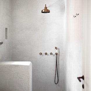 Diseño de cuarto de baño con ducha, mediterráneo, con ducha abierta, paredes blancas, suelo de cemento, encimera de mármol, suelo gris y ducha abierta