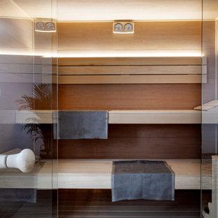 Imagen de sauna madera, tropical, de tamaño medio, con suelo de madera clara, suelo beige y madera