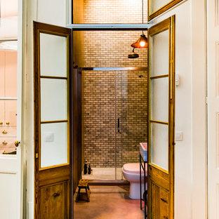 Foto di una stanza da bagno con doccia industriale di medie dimensioni con doccia alcova, WC a due pezzi, pareti beige e lavabo a consolle