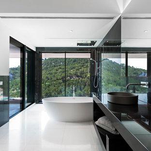 Diseño de cuarto de baño principal, actual, grande, con armarios abiertos, bañera exenta, combinación de ducha y bañera, paredes blancas y lavabo sobreencimera