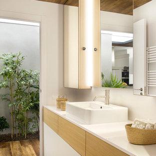 Ispirazione per una stanza da bagno con doccia minimal di medie dimensioni con ante lisce, ante in legno chiaro, pareti bianche, parquet scuro e lavabo a bacinella