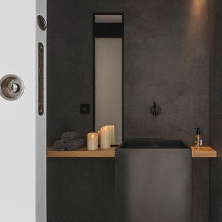 Удачное сочетание для дизайна помещения: ванная комната среднего размера в современном стиле с открытыми фасадами, черными фасадами, открытым душем, черной плиткой, керамической плиткой, подвесной раковиной, столешницей из нержавеющей стали и черной столешницей - самое интересное для вас
