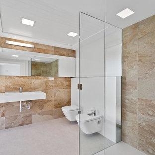 Diseño de cuarto de baño con ducha, contemporáneo, con ducha a ras de suelo, bidé, baldosas y/o azulejos beige, paredes blancas, lavabo suspendido, suelo blanco y ducha abierta