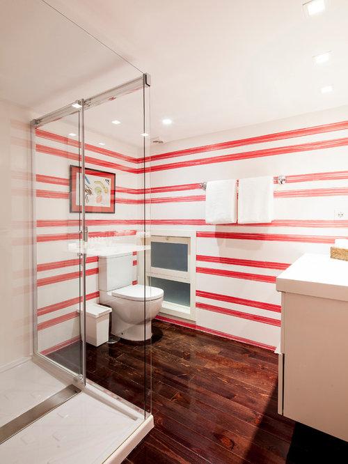 badezimmer mit dunklem holzboden und roten wänden: design-ideen, Hause ideen