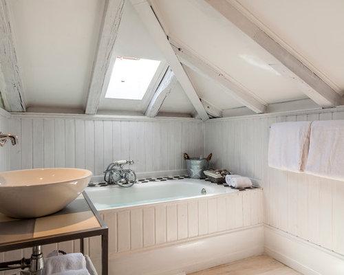 modelo de cuarto de bao principal rstico pequeo con baera empotrada paredes