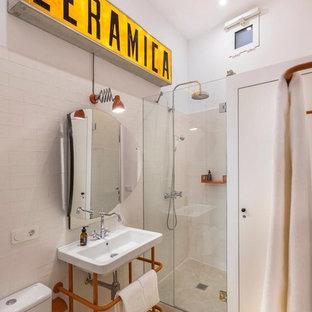 Imagen de cuarto de baño con ducha, ecléctico, con ducha esquinera, urinario, baldosas y/o azulejos amarillos, paredes beige, suelo amarillo y ducha con puerta con bisagras