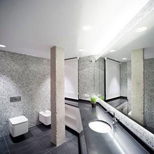 Imagen de cuarto de baño contemporáneo, grande, con puertas de armario blancas, bidé, lavabo bajoencimera, baldosas y/o azulejos multicolor, baldosas y/o azulejos en mosaico y suelo gris
