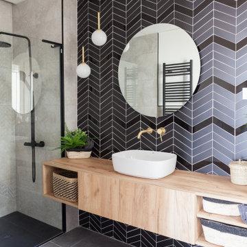 Un baño elegante en tonos oscuros