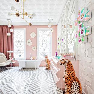 Modelo de cuarto de baño principal, actual, extra grande, con bañera exenta, paredes rosas, suelo con mosaicos de baldosas, suelo gris y baldosas y/o azulejos blancos